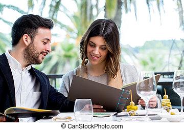 mirar, menú, restaurant., pareja, joven
