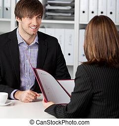 mirar, mujer de negocios, toma, entrevista, candidato