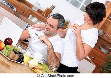 mirar, pareja, computadora, desayuno, teniendo