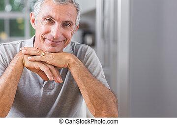 mirar, retrato, sonriente, hombre cámara