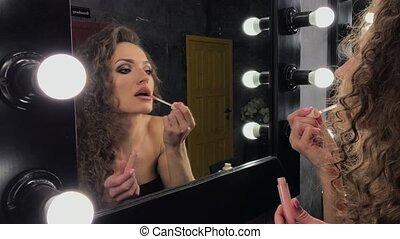 miroir, bouclé, illumination, devant, beau, elle-même, femme...