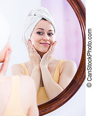 miroir., femme, jeune regarder