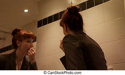 miroir, hôtel, elle, demande, lèvres, femme affaires, caucasien, 4k, rouge lèvres, devant, mi-adulte