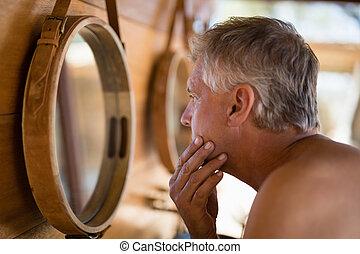 miroir, homme, regarder, petite maison