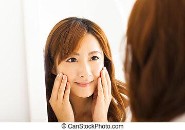 miroir, regarder, femme souriant, chambre à coucher, jeune