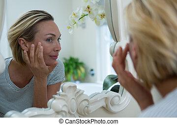 miroir, salle bains, regarder, femme