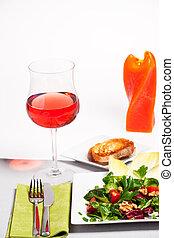 mischungsalat, auf, a, weiße platte, mit, a, glas, von, rose