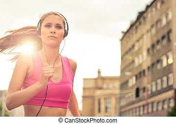 misic, ville, jeune personne, courant, rue, écoute