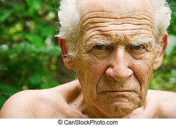 missbilligend, böser , älterer mann