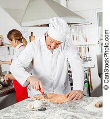 mistrz kucharski, cięcie, ravioli, pasta, z, kolega, pracujący, w, kuchnia