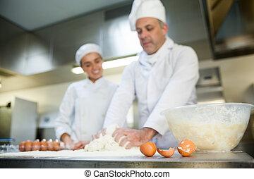 mistrz kucharski, stażysta, ciasto, pokaz, uśmiechanie się, ...