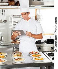 mistrz kucharski, używając, szczęśliwy, tabliczka, cyfrowy