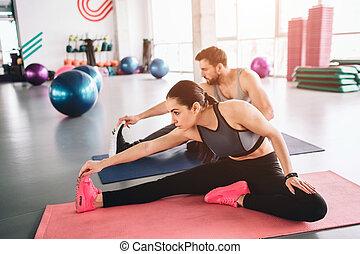 mistrzowie, stretching., posiedzenie, jakiś, młody, razem, tak, przygotowując, oni, exercises., sport, ocieplać, dywan