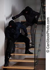 Misunderstanding between the robbers - Burglar want to kill...