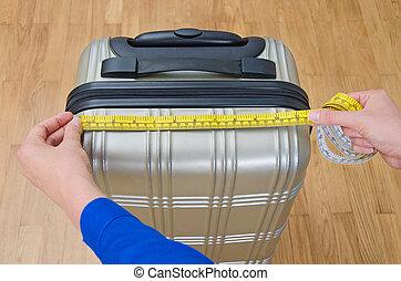 misurazione, bagaglio, mano, misura, usando, tape.