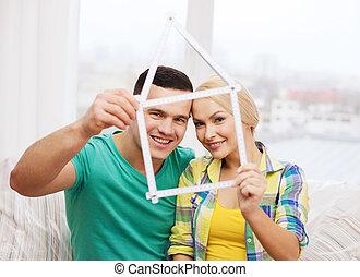 misurazione, casa, coppia, nastro, sorridente