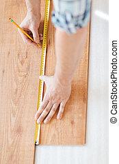 misurazione, pavimentazione, su, legno, mani, chiudere, maschio