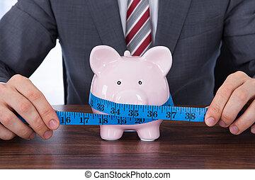 misurazione, uomo affari, piggybank, metro a nastro