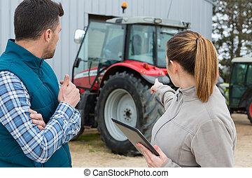 mitarbeiter, traktor, zeigen, landwirt