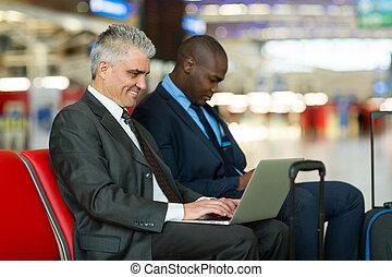 mitt åldraades, affärsman, användande laptop, dator