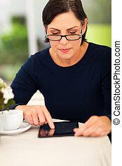 mitt åldraades, kvinna, användande, kompress, dator