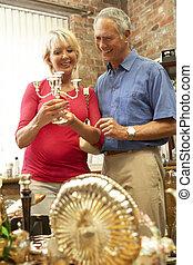 mitt åldraades, par, inköp, för, antikviteter