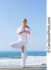 mitte, frau, joga, antikisiert, übung
