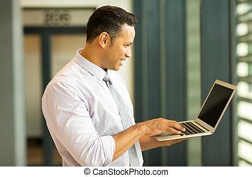 mittelalt, bussiness, mann, anschauen computerbildschirm