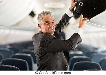 mittelalt, geschäftsreisender, setzen, gepäck, in, oben,...