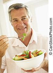 mittelalt, mann, essende, a, gesunde, salat