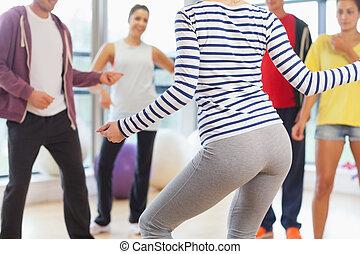 mittlerer abschnitt, von, gesundheit klasse, und, lehrer, machen, pilates, übung, in, hell, zimmer