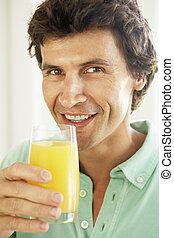 mittlerer erwachsen- mann, trinken, a, glas orangensaft