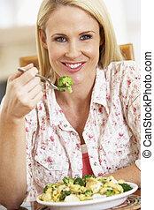 mittlerer erwachsener, frau essen, a, gesunde mahlzeit