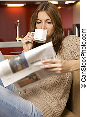 mittlerer erwachsener, frau, kaffeetrinken, und, lesende ,...