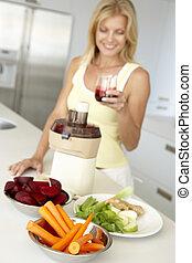mittlerer erwachsener, frau, machen, frisches gemüse, saft