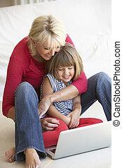 mittleres alter, frau, mit, junges mädchen, laptop benutzend, edv