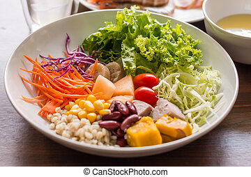 Mixed salad with tomatoes, corn, carrots, cantaloupe, red beans, millet, taro, cabbage, bananas, pumpkins and help lose weight.