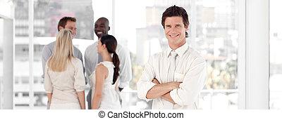mládě, člověk obchodního ducha, usmívaní, před, business četa