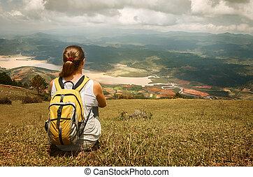 mládě, turista, s, batoh, povolit, on top of, ta, hora, a,...