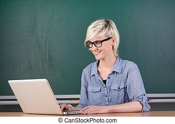 mládě, učitelka, s, počítač na klín