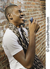 mladík, oproti telefonovat