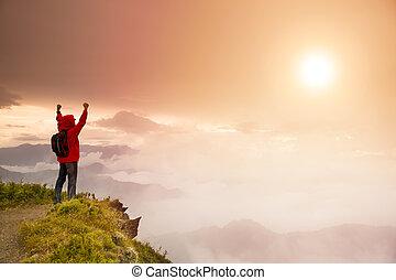 mladík, s, batoh, stálý, on top of, hora, dívaní, ta, východ slunce