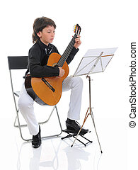 mladý sluha, hudebník, mazlit se kytara