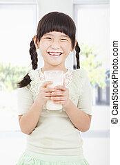 mleczny, dzierżawa, dziewczyna, szkło, mały, świeży, szczęśliwy