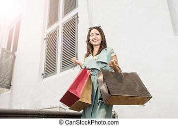 mnóstwo, kobieta shopping, barwny, asian, dzierżawa, uśmiechanie się