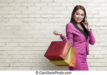 mnóstwo, smartphone, zakupy, jej, handlowa kobieta, asian, używając, uśmiechanie się
