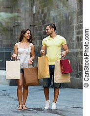 mnóstwo, zakupy, miasto, para, uśmiechanie się, kochający