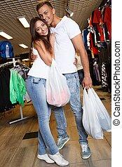 mnóstwo, zakupy, para, młody, zaopatrywać, ubranie sportowe...