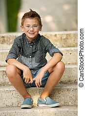 mnie, chłopieć posiedzenie, park, młody, schody