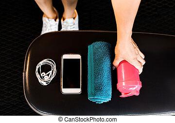 mobiele telefoon, oortelefoons, baddoek, en, een, shaker, in, een, hand